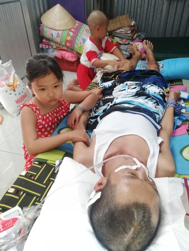 Cha nằm liệt giường vì tai nạn giao thông, 2 con thơ mịt mù tương lai - 11