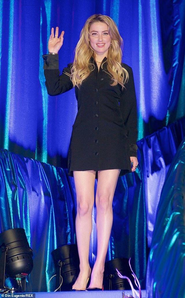 Amber Heard gợi cảm với váy đen ôm sát - 1