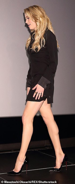 Amber Heard gợi cảm với váy đen ôm sát - 2