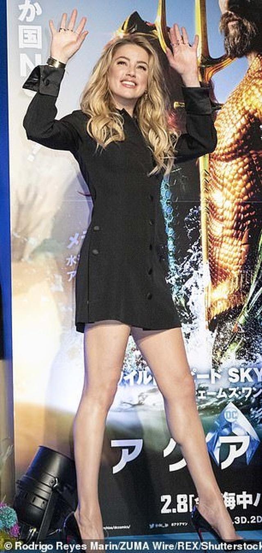 Amber Heard gợi cảm với váy đen ôm sát - 7