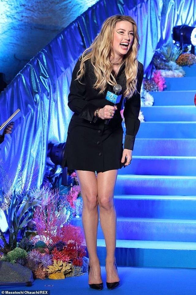 Amber Heard gợi cảm với váy đen ôm sát - 3
