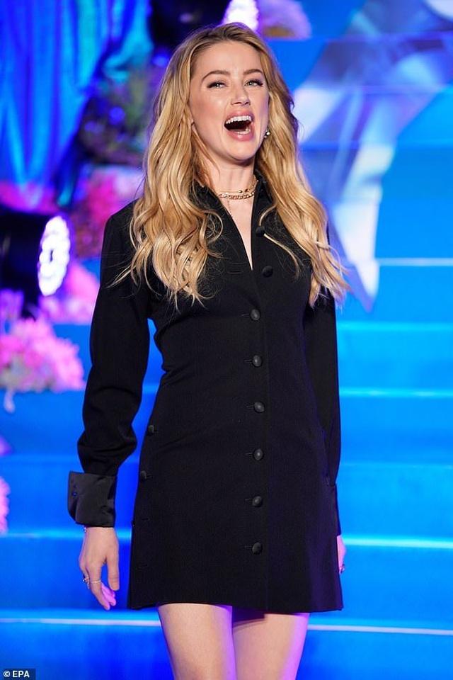 Amber Heard gợi cảm với váy đen ôm sát - 5