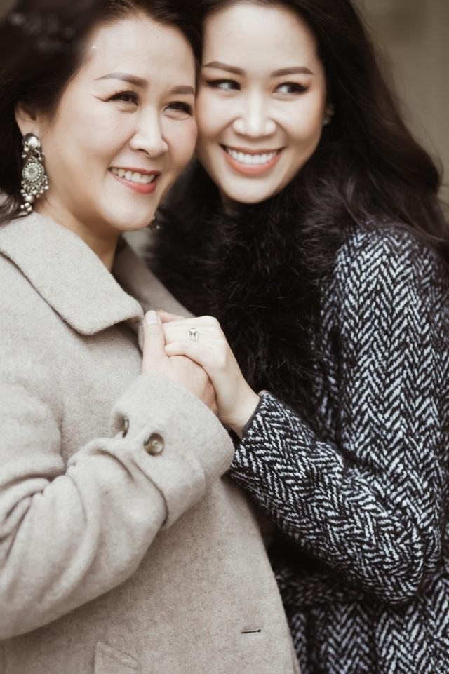 Hoa hậu Dương Thuỳ Linh tiết lộ về mẹ ruột là Phó Giáo sư - Tiến sĩ - 1