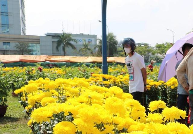 Chợ hoa 30 Tết: Hoa nở rộ mà lòng người bán hoa thì héo - 3