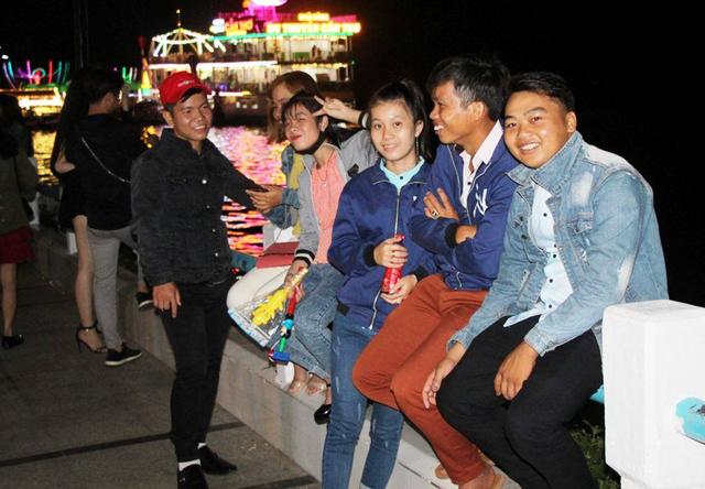 Bến Ninh Kiều, cầu đi bộ, ở Cần Thơ chật cứng người
