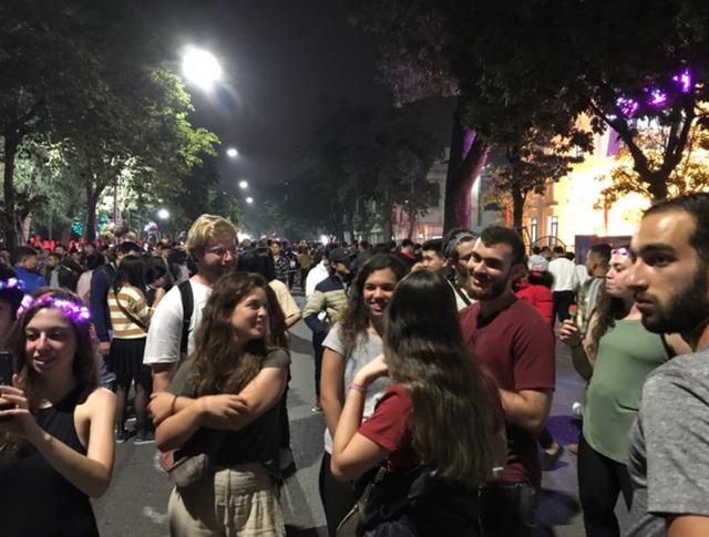 Càng về khuya, lượng người đổ về những phố trung tâm Hà Nội càng đông