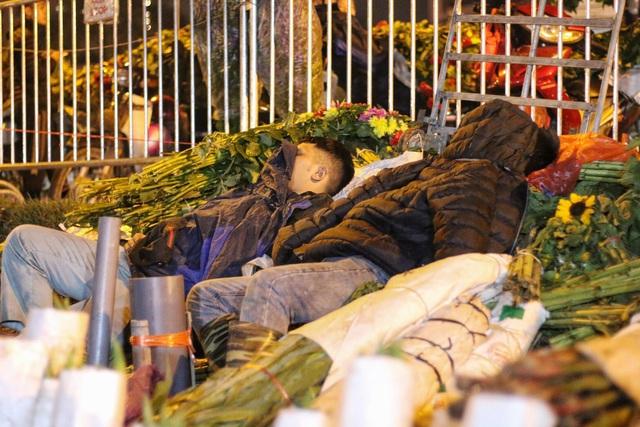 Người lao động trắng đêm mưu sinh ở chợ hoa Quảng Bá những ngày cận Tết  - 9