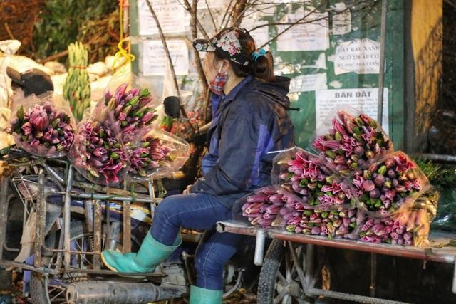 Người lao động trắng đêm mưu sinh ở chợ hoa Quảng Bá những ngày cận Tết  - 11