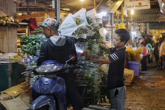 Người lao động trắng đêm mưu sinh ở chợ hoa Quảng Bá những ngày cận Tết  - 3