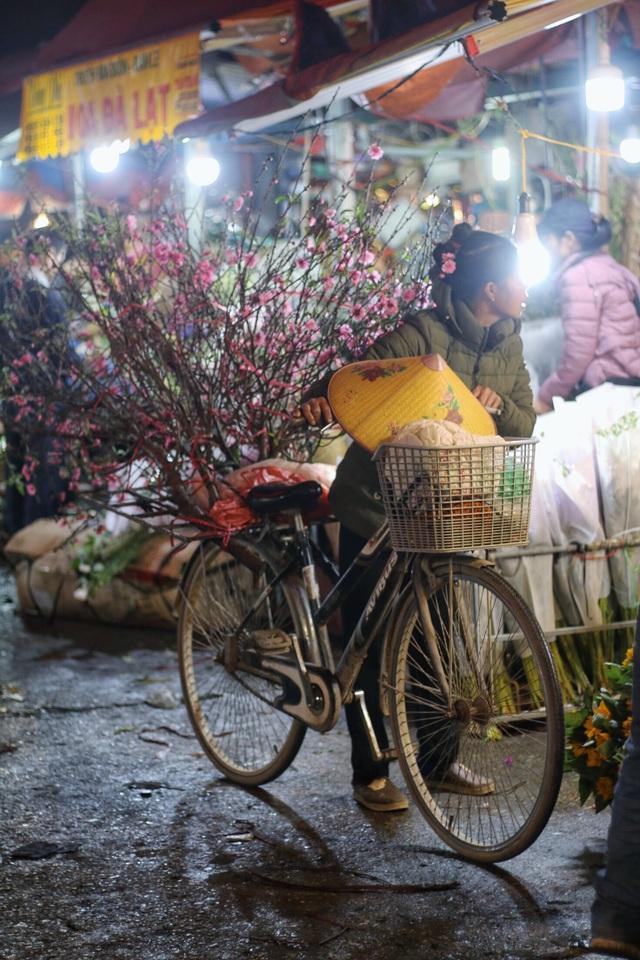 Người lao động trắng đêm mưu sinh ở chợ hoa Quảng Bá những ngày cận Tết  - 13