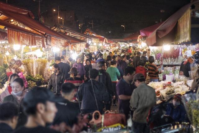 Người lao động trắng đêm mưu sinh ở chợ hoa Quảng Bá những ngày cận Tết  - 1