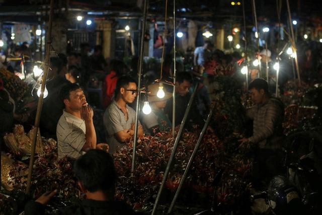 Người lao động trắng đêm mưu sinh ở chợ hoa Quảng Bá những ngày cận Tết  - 4