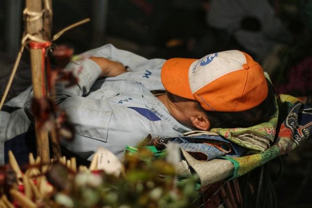 Người lao động trắng đêm mưu sinh ở chợ hoa Quảng Bá những ngày cận Tết  - 12