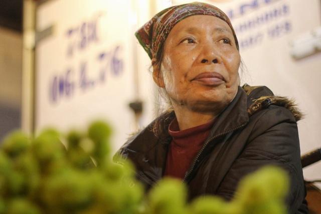 Người lao động trắng đêm mưu sinh ở chợ hoa Quảng Bá những ngày cận Tết  - 14