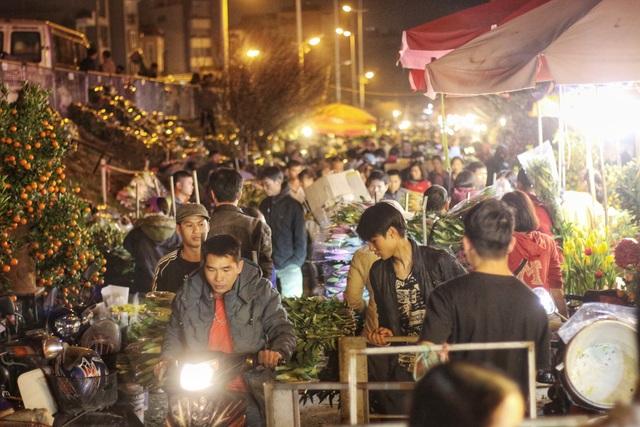 Người lao động trắng đêm mưu sinh ở chợ hoa Quảng Bá những ngày cận Tết  - 2