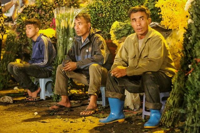Người lao động trắng đêm mưu sinh ở chợ hoa Quảng Bá những ngày cận Tết  - 5