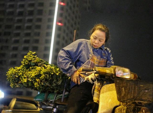 Người lao động trắng đêm mưu sinh ở chợ hoa Quảng Bá những ngày cận Tết  - 15