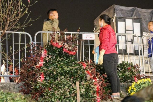 Người lao động trắng đêm mưu sinh ở chợ hoa Quảng Bá những ngày cận Tết  - 7