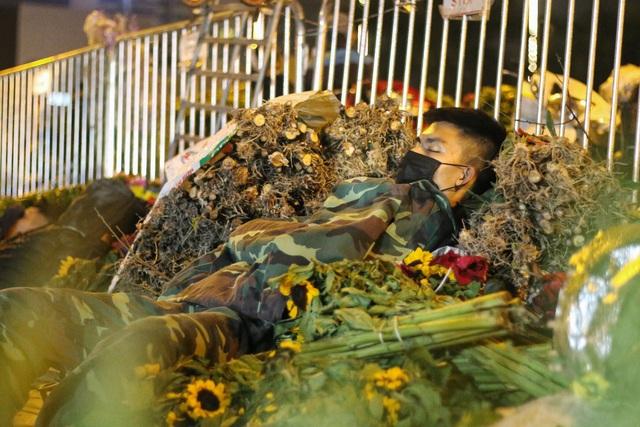 Người lao động trắng đêm mưu sinh ở chợ hoa Quảng Bá những ngày cận Tết  - 8