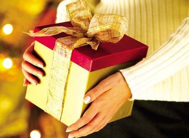 Vợ chồng mất Tết vì mua quà biếu sếp - 1