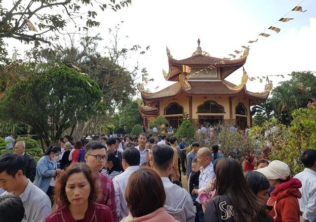 Người dân Huế, Đắc Lắc đến chùa cầu an mùng 1 Tết - 20
