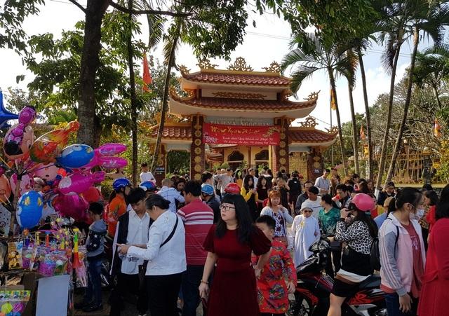 Người dân Huế, Đắc Lắc đến chùa cầu an mùng 1 Tết - 16