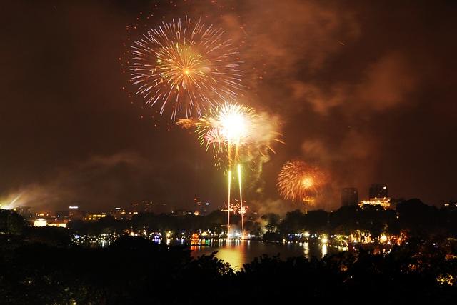 Pháo hoa rực sáng bầu trời hồ Gươm trong đêm giao thừa - 10