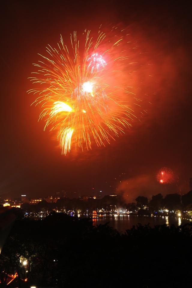 Pháo hoa rực sáng bầu trời hồ Gươm trong đêm giao thừa - 13