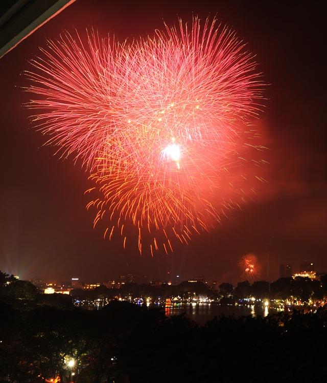 Pháo hoa rực sáng bầu trời hồ Gươm trong đêm giao thừa - 14