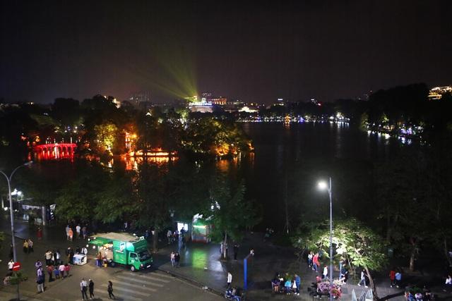 Pháo hoa rực sáng bầu trời hồ Gươm trong đêm giao thừa - 1