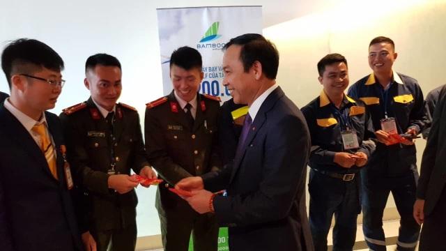 """Tặng hoa và lì xì những vị khách đầu tiên đến """"xông"""" đất Quảng Ninh - 2"""