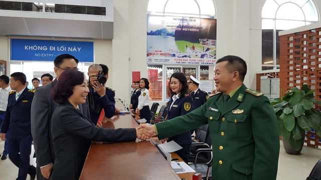 """Tặng hoa và lì xì những vị khách đầu tiên đến """"xông"""" đất Quảng Ninh - 4"""