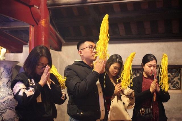 Người dân xin giò hoa tre cầu may ở đền thờ Thánh Gióng - 1