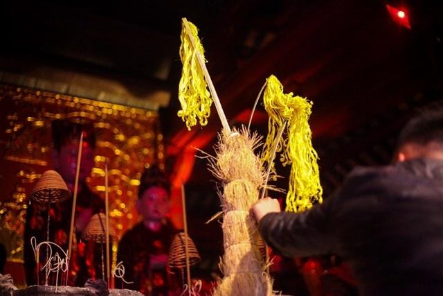 Người dân xin giò hoa tre cầu may ở đền thờ Thánh Gióng - 2