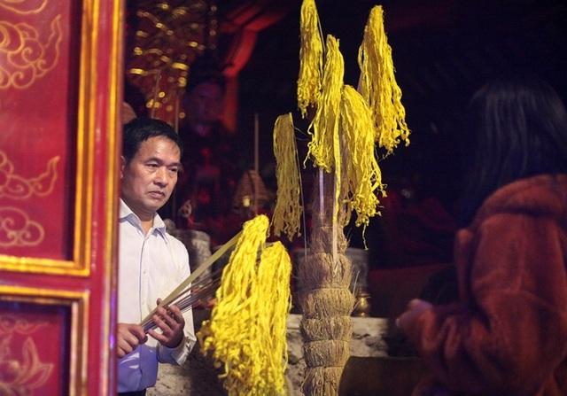 Người dân xin giò hoa tre cầu may ở đền thờ Thánh Gióng - 3
