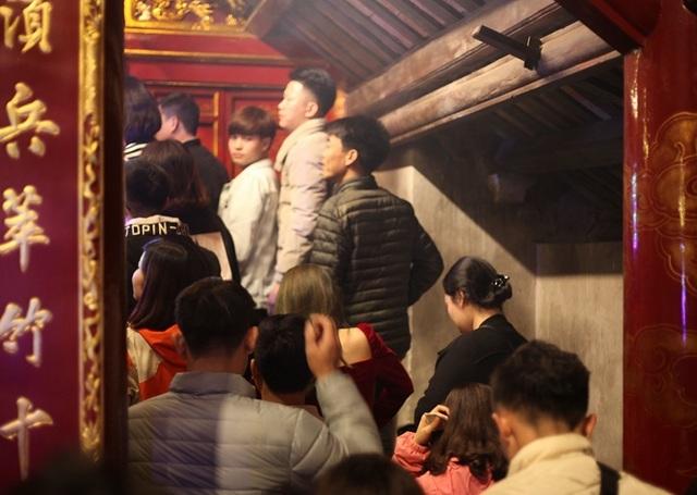 Người dân xin giò hoa tre cầu may ở đền thờ Thánh Gióng - 4