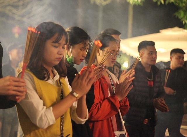 Người dân xin giò hoa tre cầu may ở đền thờ Thánh Gióng - 6