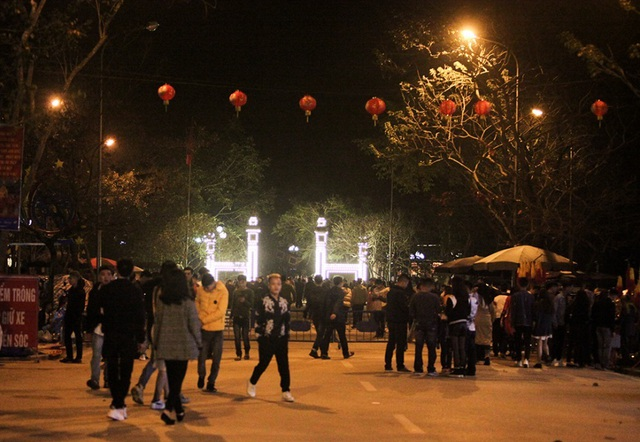 Người dân xin giò hoa tre cầu may ở đền thờ Thánh Gióng - 9