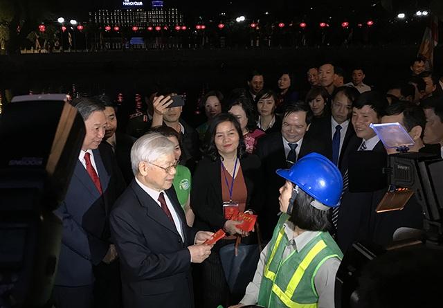 Tổng Bí thư, Chủ tịch nước tản bộ trên đường Thanh Niên, lì xì công nhân - 9