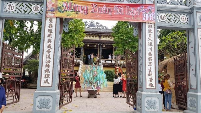 Người dân Huế, Đắc Lắc đến chùa cầu an mùng 1 Tết - 7