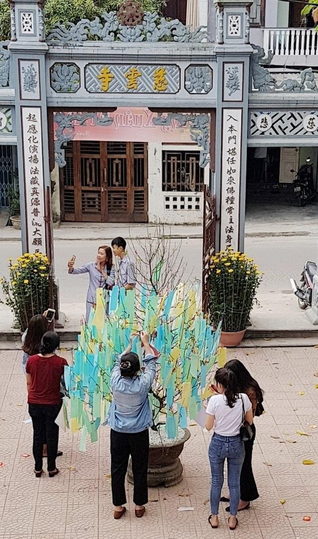 Người dân Huế, Đắc Lắc đến chùa cầu an mùng 1 Tết - 9