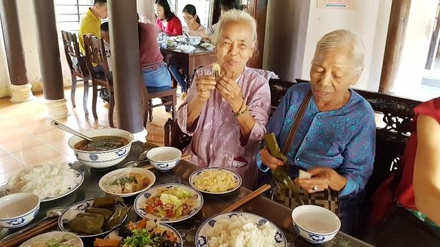 Người dân Huế, Đắc Lắc đến chùa cầu an mùng 1 Tết - 12
