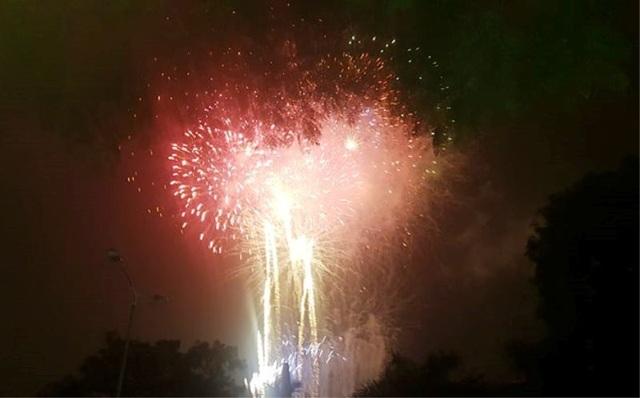 Người dân ùa ra đường xem pháo hoa chào đón năm mới - 2