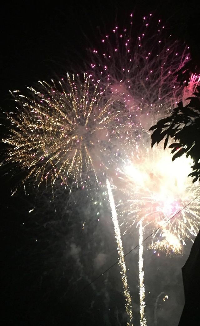 Đúng 0h, pháo hoa đã rực sáng trên bầu trời Hội An