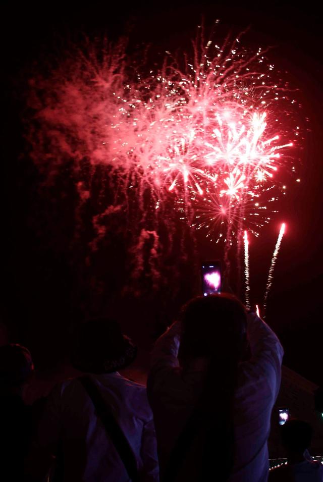 Pháo hoa rực sáng bầu trời đêm Cà Mau - vùng cực Nam đất nước