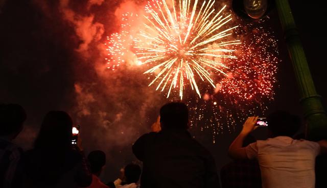 Pháo hoa rực rỡ bầu trời Sài Gòn trong đêm Giao thừa
