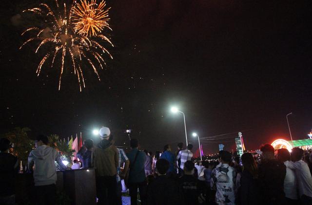 Pháo hoa rực sáng bầu trời, chào đón năm mới Kỷ Hợi - 9