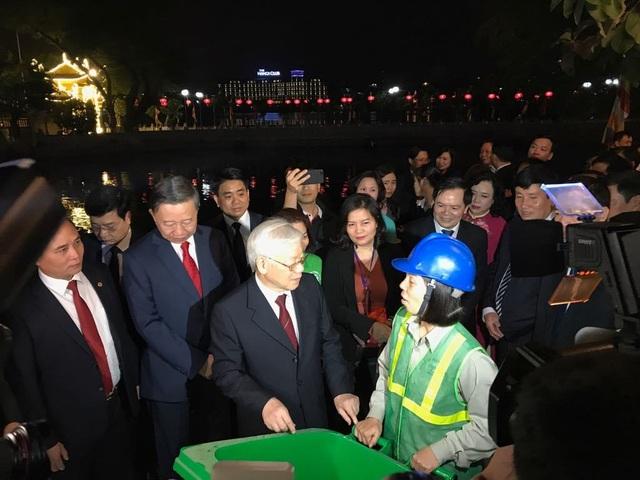 Tổng Bí thư, Chủ tịch nước tản bộ trên đường Thanh Niên, lì xì công nhân - 8