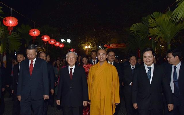 Tổng Bí thư, Chủ tịch nước tản bộ trên đường Thanh Niên, lì xì công nhân - 5