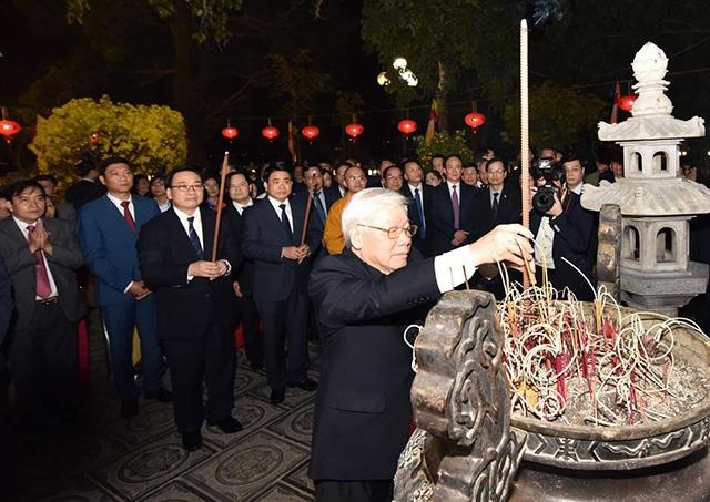 Tổng Bí thư, Chủ tịch nước tản bộ trên đường Thanh Niên, lì xì công nhân - 2